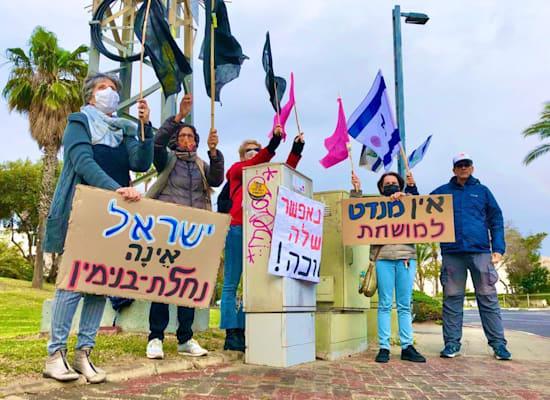 מפגינים נגד בנימין נתניהו והשחיתות השלטונית ברחוב איינשטיין בתל אביב / צילום: הדגלים השחורים