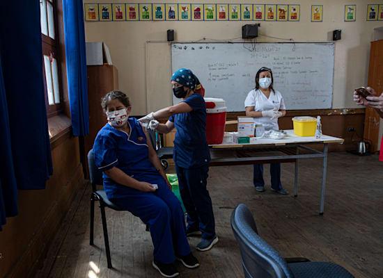 מורה בבית ספר בצ'ילה מקבלת את החיסון נגד קורונה של סינובאק
