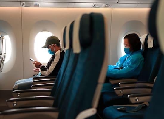 חברות תעופה החלו למכור כרטיסים גם למושבים הפנימיים בטיסות / צילום: Associated Press, Hau Dinh