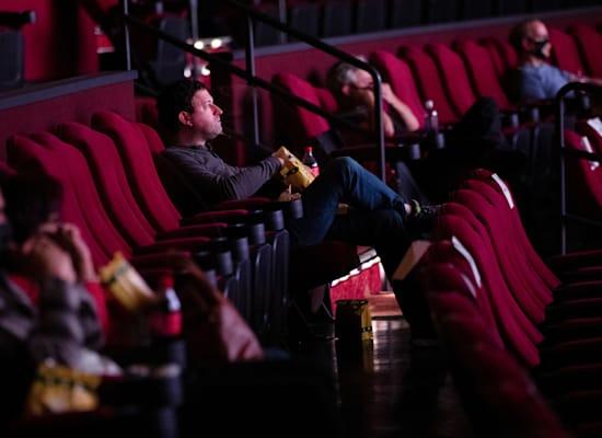 """צופים בסרט """"גודזילה נגד קונג"""" בלוס אנג'לס, 31 במרץ. חוזרים לשגרת הפנאי / צילום: Associated Press, MARIO ANZUONI"""
