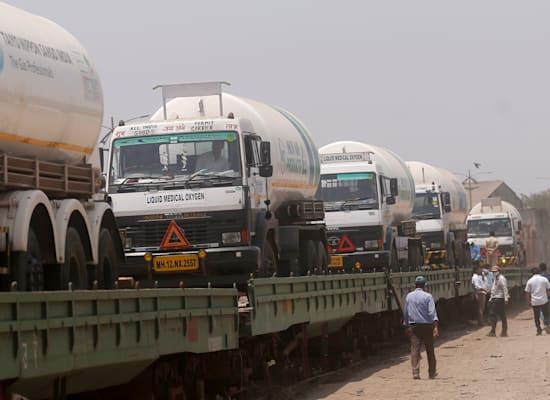 משאיות סחורה בדרך לאיסוף מיכלי חמצן נוזלי לטיפול בחולי הקורונה הרבים ברחבי המדינה / צילום: Associated Press