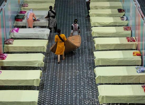 מרכז חדש שמוקם באיטדיון ליד מומבאי לטיפול בחולי קורונה חדשים. כיום כבר 15 מיליון במספר / צילום: Associated Press, Anupam Nath