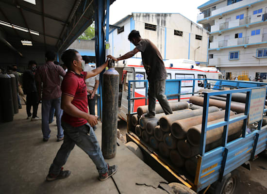 מיכלי חמצן מועברים ברחבי הודו כדי לנסות להגיע למיליוני חולי קורונה / צילום: Associated Press, Aijaz Rahi