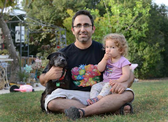 אבישי אדרי, ביתו חסד והכלבה אסתי. נחל-עוז / צילום: איל יצהר