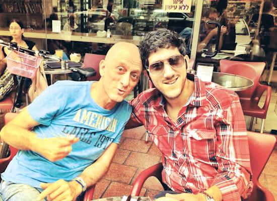 """עם האב הגיטריסט, אבי סינגולדה. """"בקורונה ההורים נתקעו אצלי לחודשיים"""" / צילום: תמונה פרטית"""