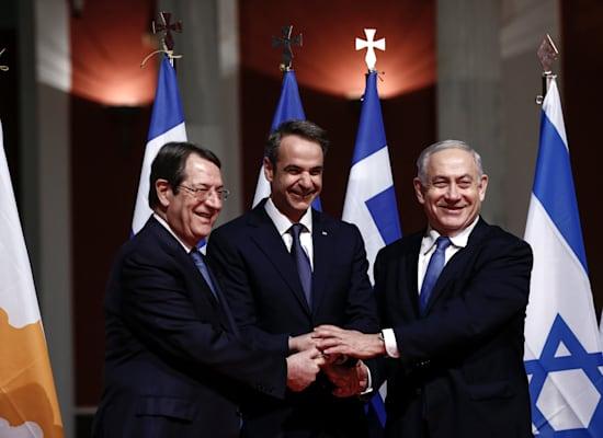 """רה""""מ בנימין נתניהו, רה""""מ יוון, קיריאקוס מיטסוטאקיס ונשיא קפריסין, ניקוס אנסטסיאדיס, ינואר 2020 / צילום: Associated Press"""