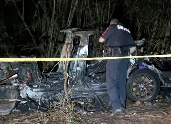 שאריות רכב של טסלה לאחר תאונה בטקסט, אפריל. שני אנשים נהרגו והרשויות בודקות / צילום: Reuters