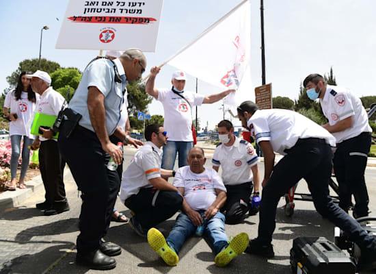 מפגין מקבל טיפול רפואי במהלך ההפגנה / צילום: אבירם ולדמן