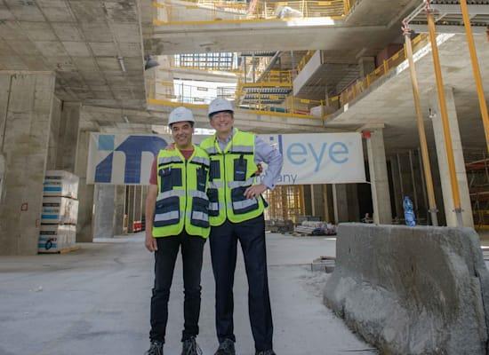"""מנכ""""ל אינטל פט גלסינגר (מימין) ואמנון שעשוע, בבניין החדש שנבנה למובילאיי בהר חוצבים בירושלים / צילום: דוברות אינטל"""