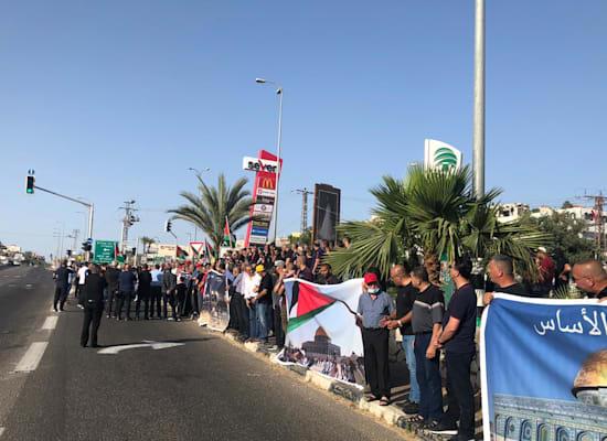 מפגינים באום אל פאחם במחאה על העימותים במזרח ירושלים / צילום: אל-איתיחאד