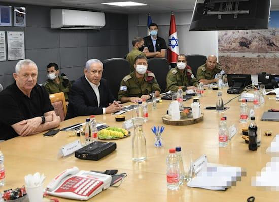 הערכת מצב בישיבה בפיקוד דרום / צילום: אריאל חרמוני, משרד הבטחון