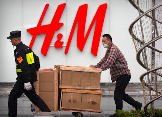 חלק מחנויות H&M בסין נסגרו לאחר שמותג האופנה הודיע שהוא מבקש להבטיח שהכותנה בה משתמשים בייצור הבגדים לא מגיעה ממחוז שינג'יאנג בסין / צילום: Associated Press, Mark Schiefelbein