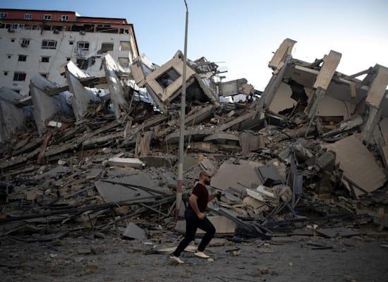 בניין בעזה שנהרס בתקיפה אווירית של חיל האוויר / צילום: Associated Press, Khalil Hamra