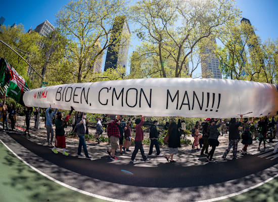 מפגינים בניו יורק דוחקים בנשיא ג'ו ביידן לפעול למען ליגלזציה ברמה הפדרלית, אפריל