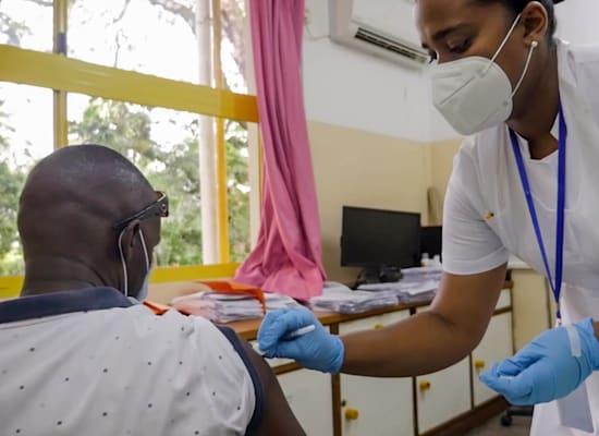 אדם מקבל חיסון נגד קורונה במאהה, אי בקבוצת איי סיישאל / צילום: Associated Press