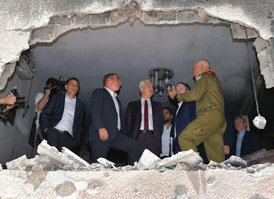 שרי החוץ של צ'כיה וסלובקיה בביקור באתר פגיעת רקטה בפתח תקווה / צילום: שלומי אמסלם, משרד החוץ