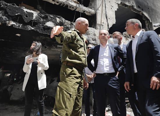 שר החוץ הגרמני, הייקו מאס, בזירת נפילת רקטה בפתח תקווה / צילום: Associated Press, Sebastian Scheiner
