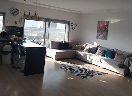 סלון הדירה שנרכשה / צילום: מאור שם טוב