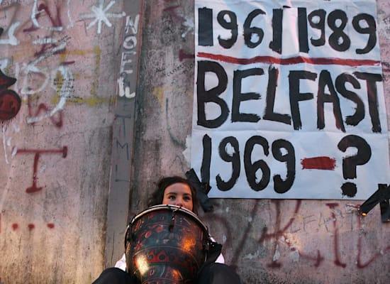 """החומה בבלפסט, 2009. רוב התושבים מפחדים מהסרת """"חומות השלום"""" / צילום: רויטרס, Paul Faith"""