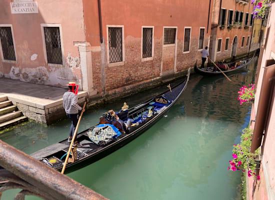 גונדולות בונציה, החודש. התיירים מתחילים לשוב לאיטם לאתרי התיירות / צילום: AP