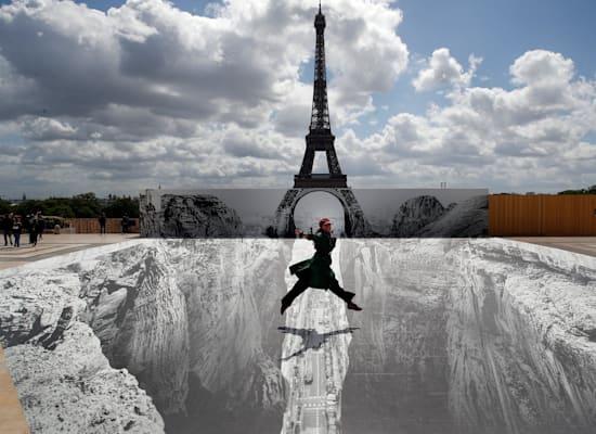 יצירת אמנות של האמן JR על רקע מגדל אייפל, החודש / צילום: AP