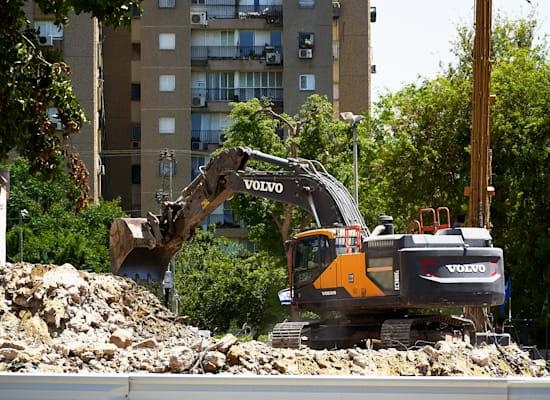 """אתר בנייה בת""""א. """"עדיף להגדיל את המקדמה על דירה חדשה"""" / צילום: Shutterstock"""