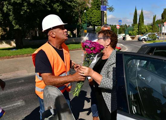 הבחירות לנשיאות: מרים פרץ מקבלת פרחים מתומכיה בהגיעה לכנסת / צילום: מאיר אליפור