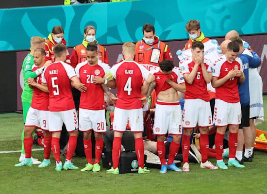 שחקני נבחרת דנמרק מסתירים פעולות החייאה בכריסטיאן אריקסן / צילום: Reuters, Wolfgang Rattay