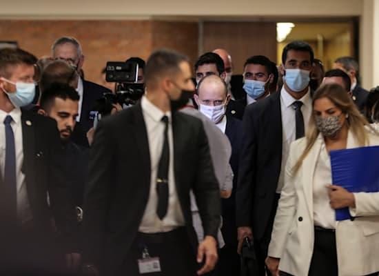 נפתלי בנט מגיע לישיבת ראשי המפלגות, לפני זמן קצר / צילום: Reuters, Ronen Zvulun