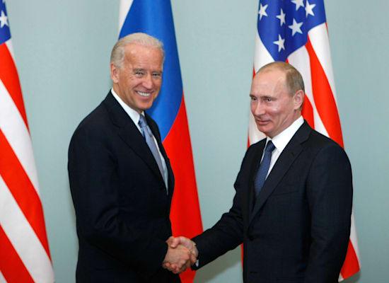 ביידן, אז סגן הנשיא, ופוטין, אז ראש ממשלה, בפגישה במוסקבה, 2011 / צילום: Associated Press, Alexander Zemlianichenko