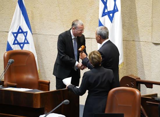 """יו""""ר הכנסת ה-24 מיקי לוי מקבל את הפטיש מיו""""ר הכנסת היוצא יריב לוין / צילום: דוברות הכנסת"""