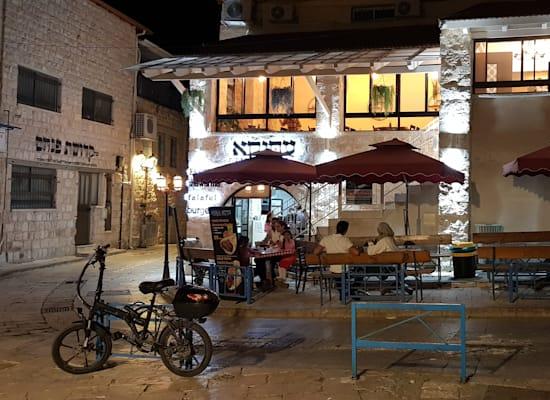 צפת. בית קפה לצד בית מדרש / צילום: אורלי גנוסר