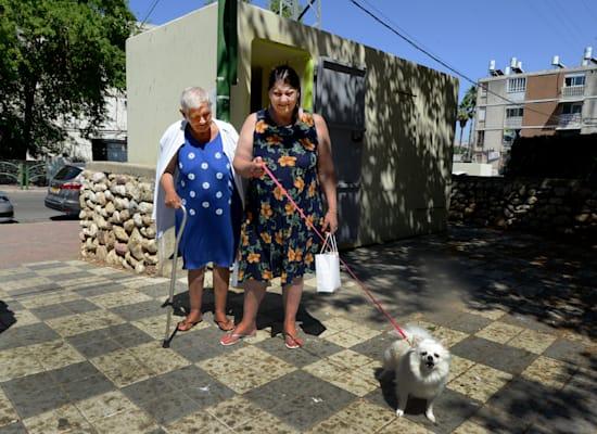 """תושבות העיר אסתר וסולי לוי. באזעקות הן נשארות בבית, """"מה שיהיה יהיה"""" / צילום: איל יצהר"""