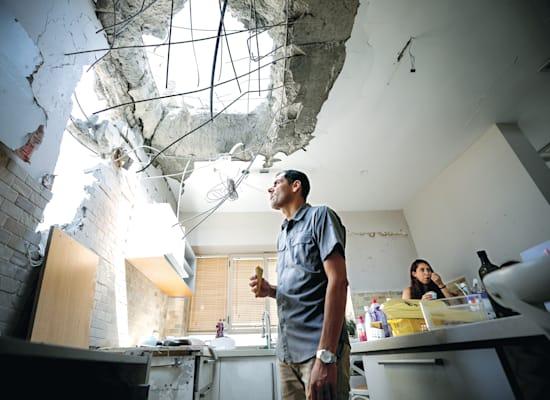 """דירה שנפגעה מרקטה. שומר החומות זיכה את העיר בכינוי """"שדרות החדשה"""" / צילום: Reuters"""