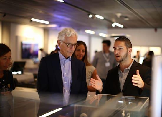 סר רונלד כהן בסיור בגלריית החדשנות של המרכז / צילום: אלעד מלכה