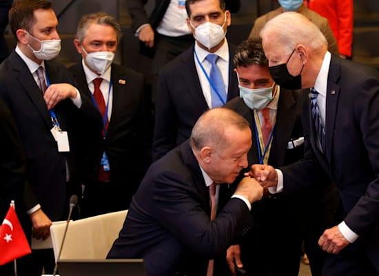 """ארדואן וביידן במפגש נאט""""ו בבריסל, שני / צילום: Associated Press"""