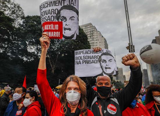 הפגנה נגד הנשיא בולסונרו וממשלתו שאופן הטיפול בקורונה הביא ל־500 אלף מתים השבוע / צילום: Associated Press, Marcelo Chello