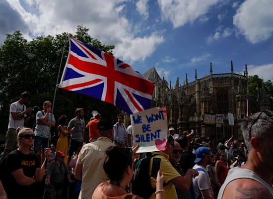 הפגנה מחוץ לבית הפרלמנט הבריטי נגד המשך הגבלות הקורונה, בשבוע שעבר / צילום: Associated Press, Alberto Pezzali