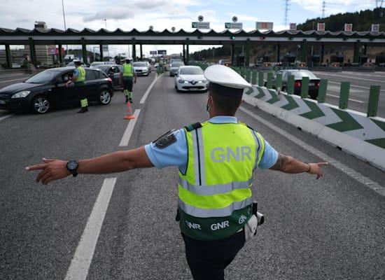 שוטרים עוצרים מכוניות במחסום בסוף השבוע כדי להכיל את התפשטות המגפה באלברקה, פורטוגל / צילום: Reuters, Pedro Nunes
