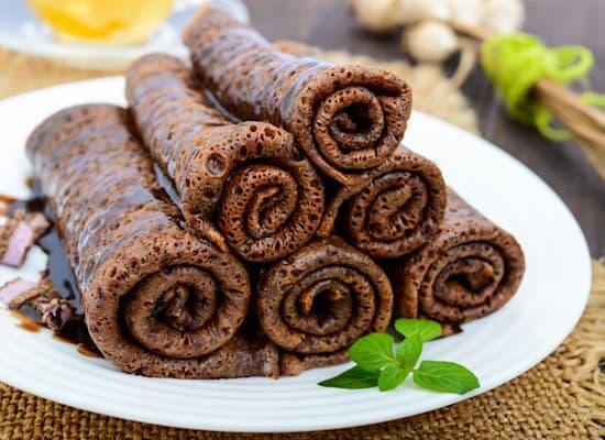 קרפ שוקולד סמיפרדו   עוד קלאסיקה בשם מפונפן: בלינצ׳ס כהים במילוי שמנת-שוקולד. / צילום: Shutterstock
