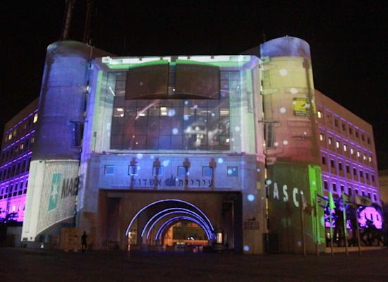 בית העירייה, אחת התחנות במסלול הלילי עם מיצגי הווידיאו המוקרנים על בניינים בעיר / צילום: אורלי גנוסר