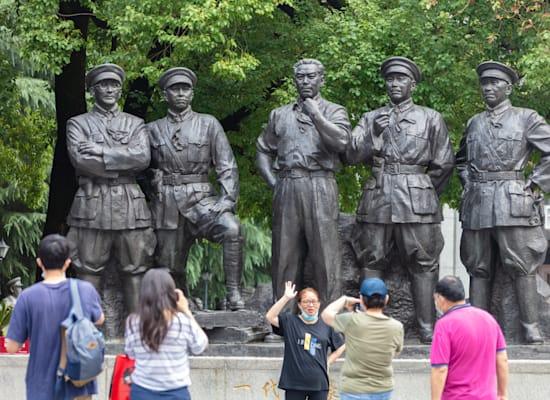 מטיילים סינים לומדים על היסטוריית המפלגה / צילום: Shutterstock