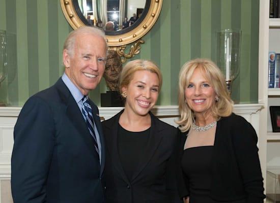 שרה בארד עם הנשיא ביידן ואשתו / צילום: הבית הלבן