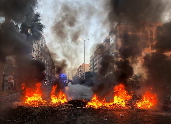 רחוב בביירות שנחסם במהלך הפגנת מחאה על המצב הכלכלי במדינה / צילום: Reuters