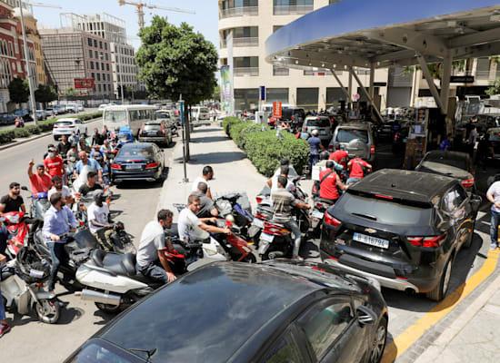 תור למילוי דלק בביירות / צילום: Reuters