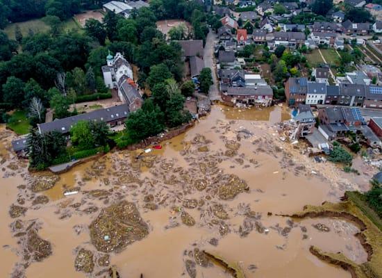 טירה (משמאל) באזור ארפשטדט-בלסם בגרמניה. נזק כבד נגרם לטירה בשיטפונות / צילום: Associated Press, Michael Probst