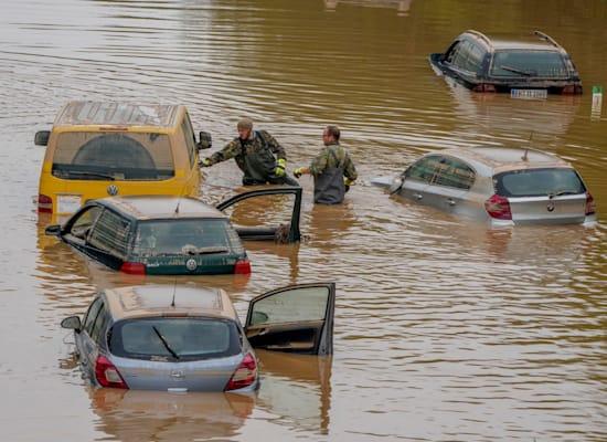חילוץ של אנשים שנתקעו במכוניות כאשר הוצף הכביש בארפשטדט, גרמניה / צילום: Associated Press, Michael Probst