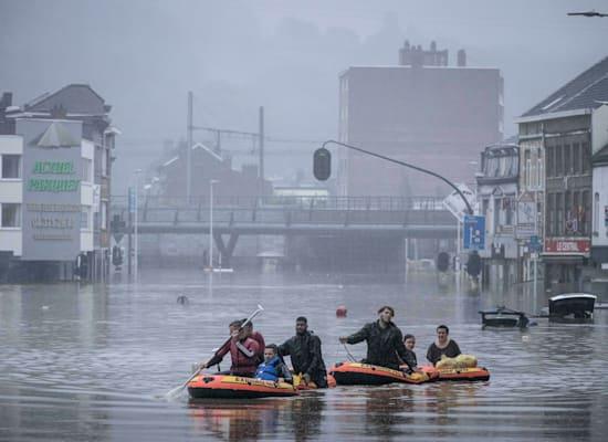 אנשים שטים על סירות גומי לאחר שהנהר מז עלה על גדותיו בלייז', בלגיה / צילום: Associated Press, Valentin Bianchi