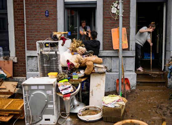 תושבי אנסיבל בבלגיה מוציאים מהבתים את הרכוש שנהרס בשל השיטפונות / צילום: Associated Press, Francisco Seco