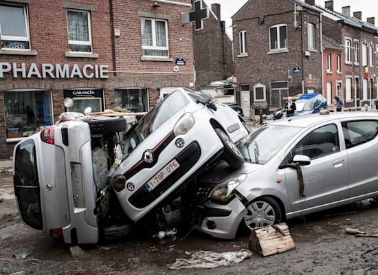 מכוניות שנפגעו בשיטפונות ברחובות עירייה במחוז לייז' בבלגיה / צילום: Associated Press, Valentin Bianchi